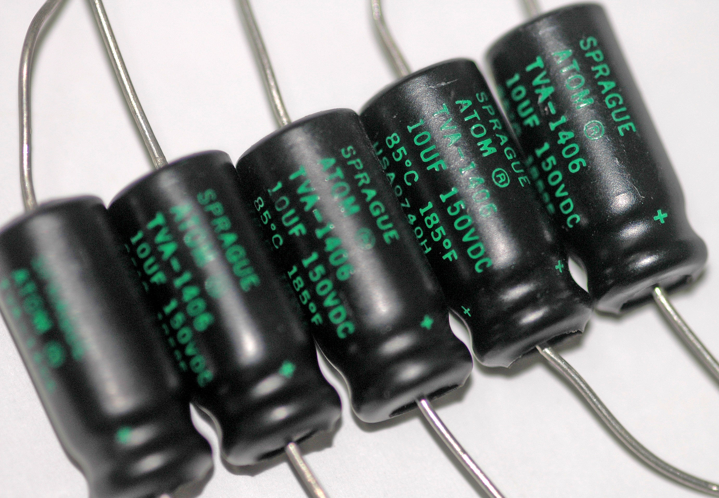 https://i0.wp.com/upload.wikimedia.org/wikipedia/commons/b/b4/Axial_electrolytic_capacitors.jpg