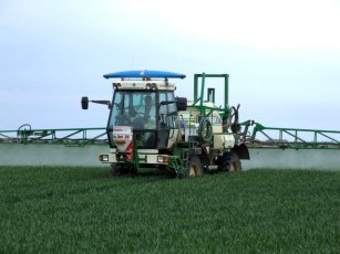 Crop Spraying - geograph.org.uk - 445532