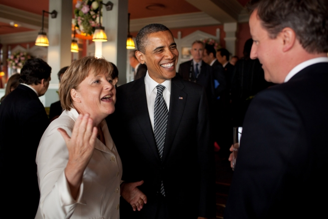 English: President Barack Obama talks with Ger...