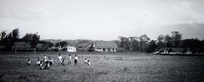 COLLECTIE TROPENMUSEUM Kinderen op voetbalveld bij ziekenhuis Garoet TMnr 60016901 Mainan Bocah Belanda VS Mainan Bocah Pribumi