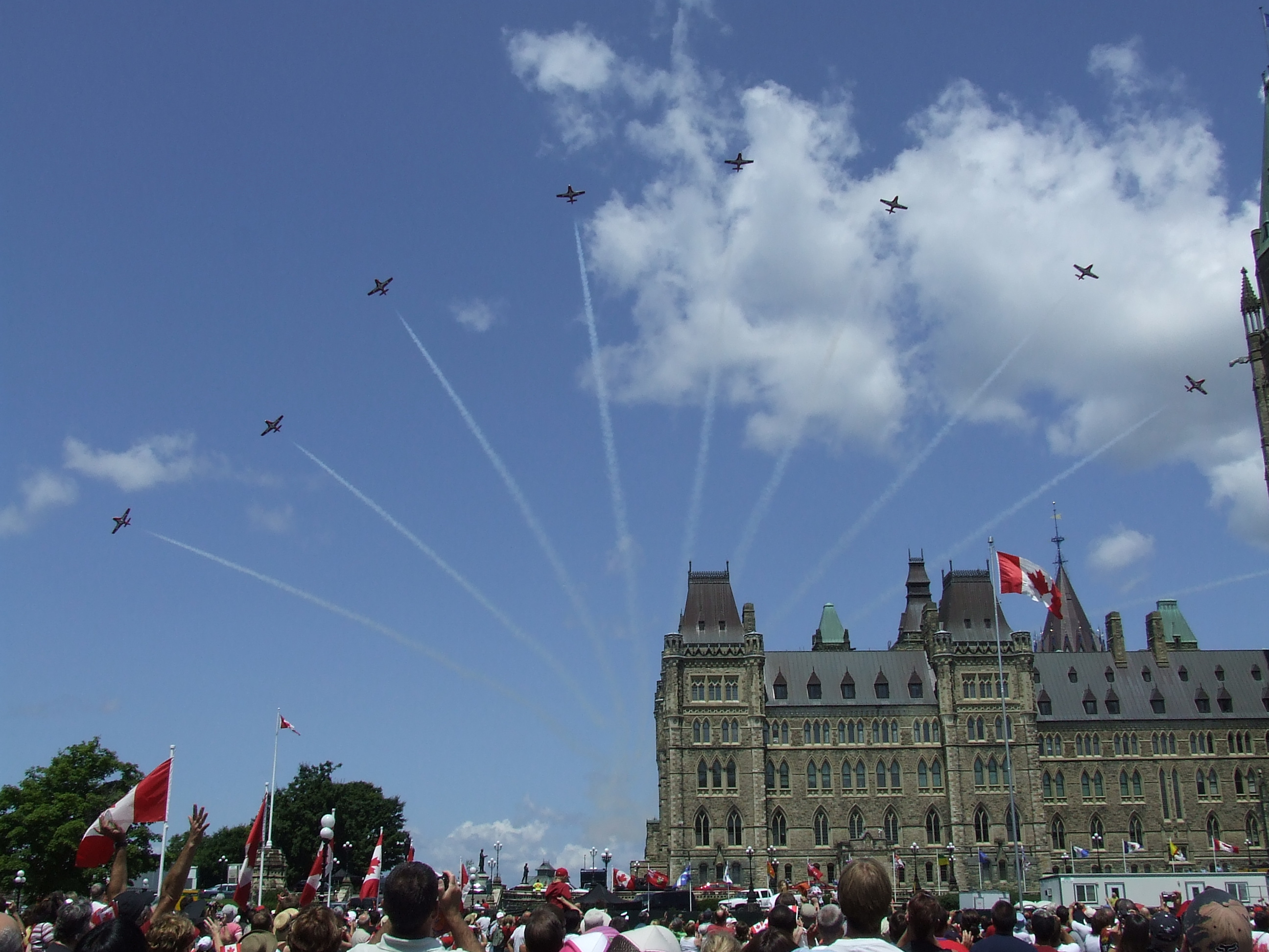 https://i0.wp.com/upload.wikimedia.org/wikipedia/commons/b/bb/Canada_Day_2008_Snowbirds_over_Parliament.jpg