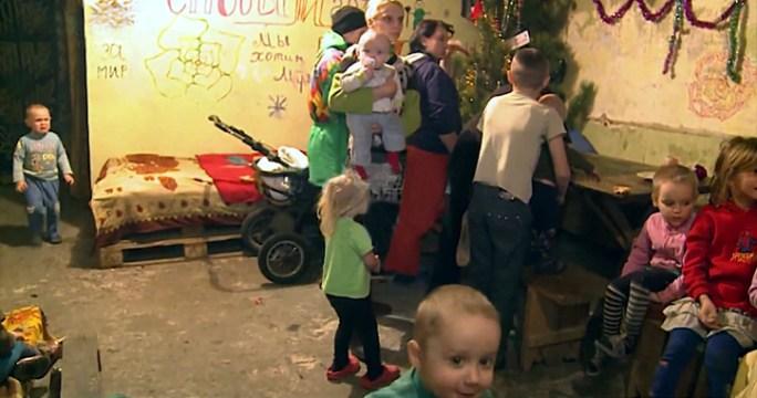 File:Ded Moroz visits children in Donetsk bomb shelter, 6 January 2015 (4).jpg