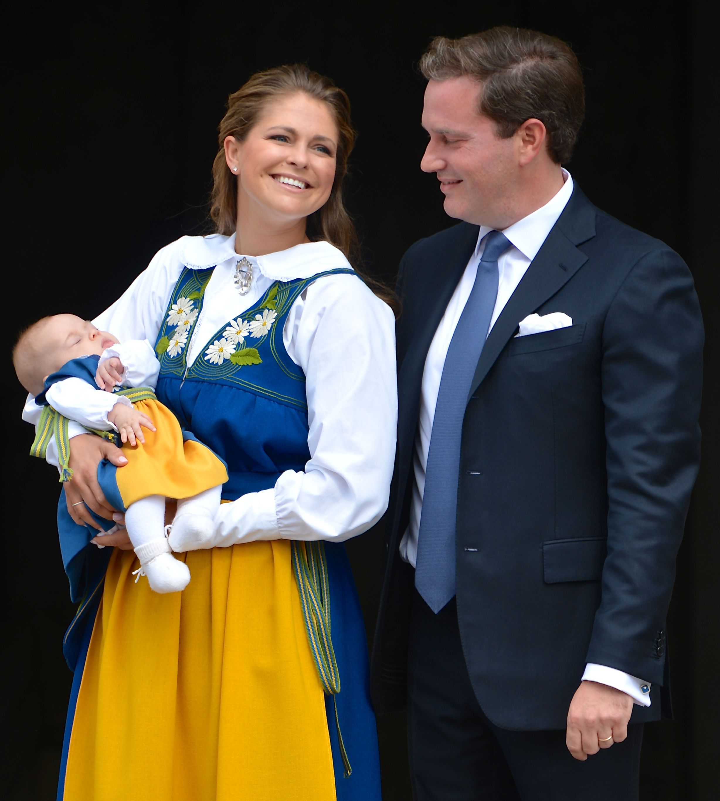 Madeleine and Chris present Leonore to the Swedish people for the first time. Chris also wiggled Leonore's toes. It was precious.