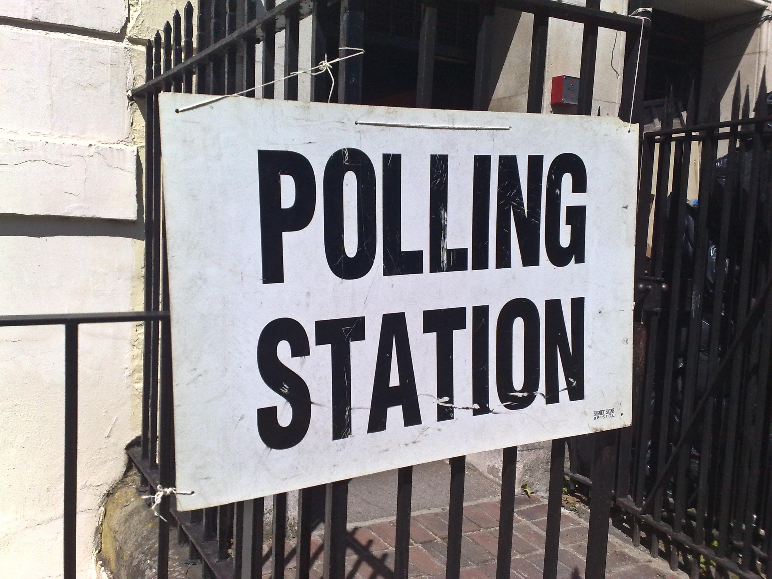 https://i0.wp.com/upload.wikimedia.org/wikipedia/commons/b/be/Polling_station_6_may_2010.jpg
