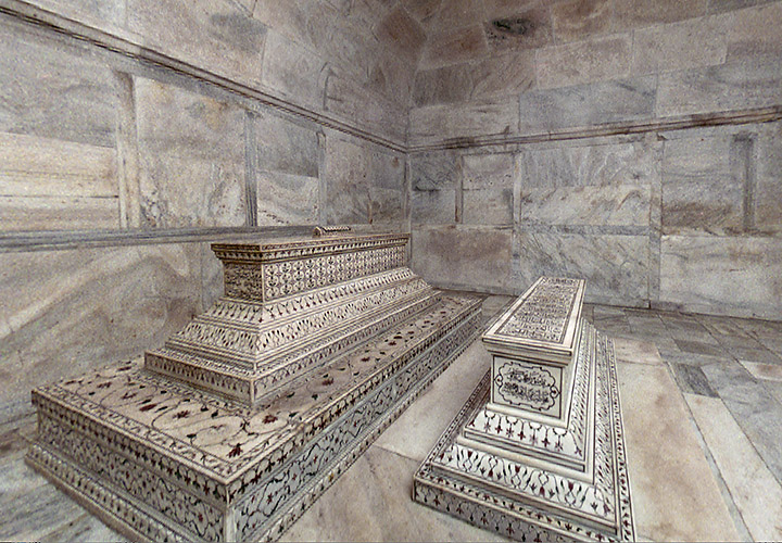 English: View of the tombs in the Crypt. Autho...