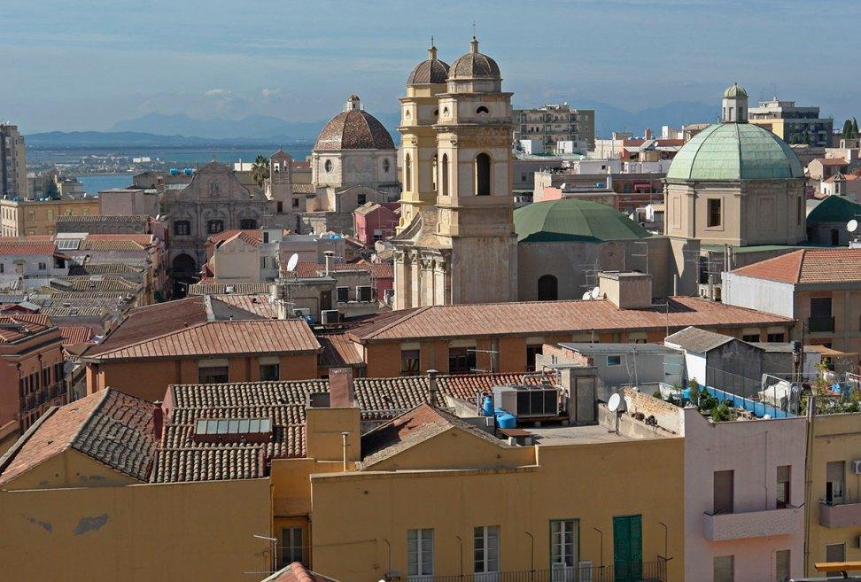 https://i0.wp.com/upload.wikimedia.org/wikipedia/commons/c/c2/Cagliari_blick-von-burg_richtung_westen.jpg?resize=972%2C657&ssl=1