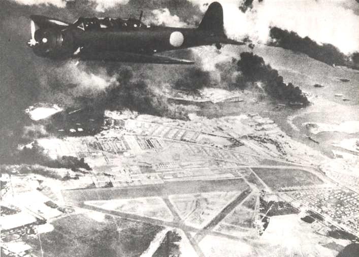 炎上する真珠湾上空を飛行する九七式艦上攻撃機
