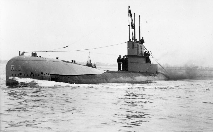 R3 at sea. The R class was the first hunter-killer design, capable of destroying enemy submarines.