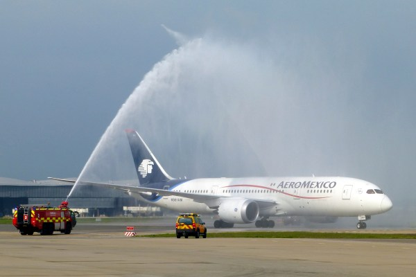 FileAeroméxico Boeing 7878 Dreamliner water cannon