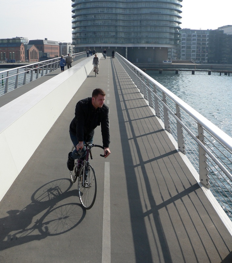 Ponte do Cais, em Copenhague, exclusiva para ciclistas e pedestres. Foto: Stig Nygaard via Wikimedia Commons.