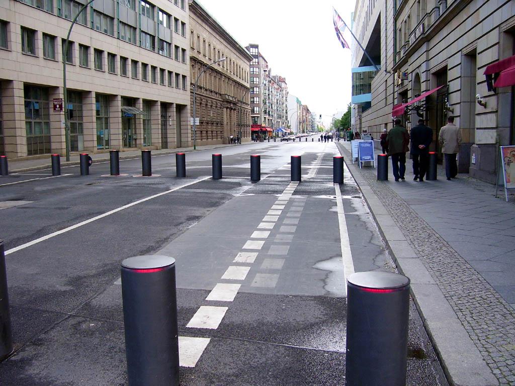 https://i0.wp.com/upload.wikimedia.org/wikipedia/commons/c/cb/Wilhelmstra%C3%9Fe_Berlin_Britische_Botschaft.jpg