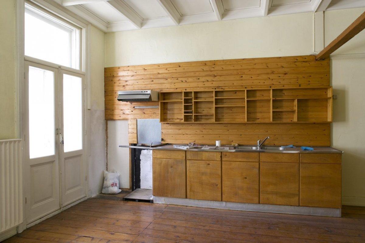 FileInterieur achterkamer met houten keukenwand en