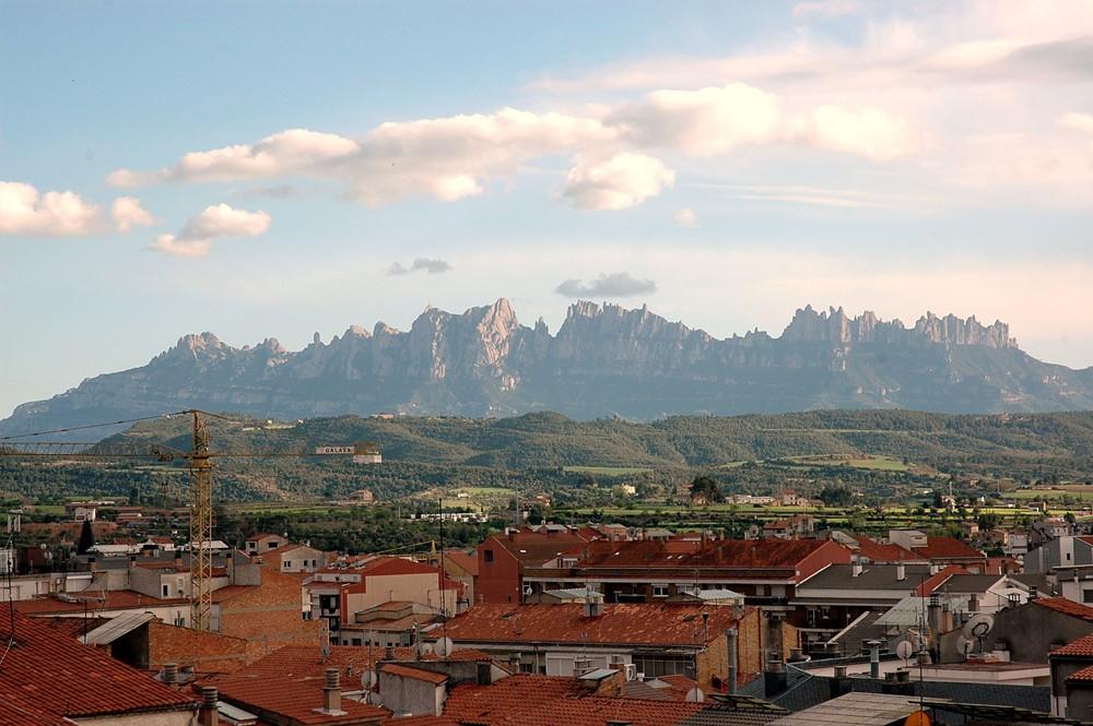 https://i0.wp.com/upload.wikimedia.org/wikipedia/commons/c/cd/Montserrat_des_de_Manresa.JPG