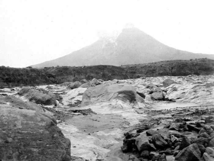 https://i0.wp.com/upload.wikimedia.org/wikipedia/commons/c/ce/COLLECTIE_TROPENMUSEUM_De_Merapi_op_Java_TMnr_10004088.jpg