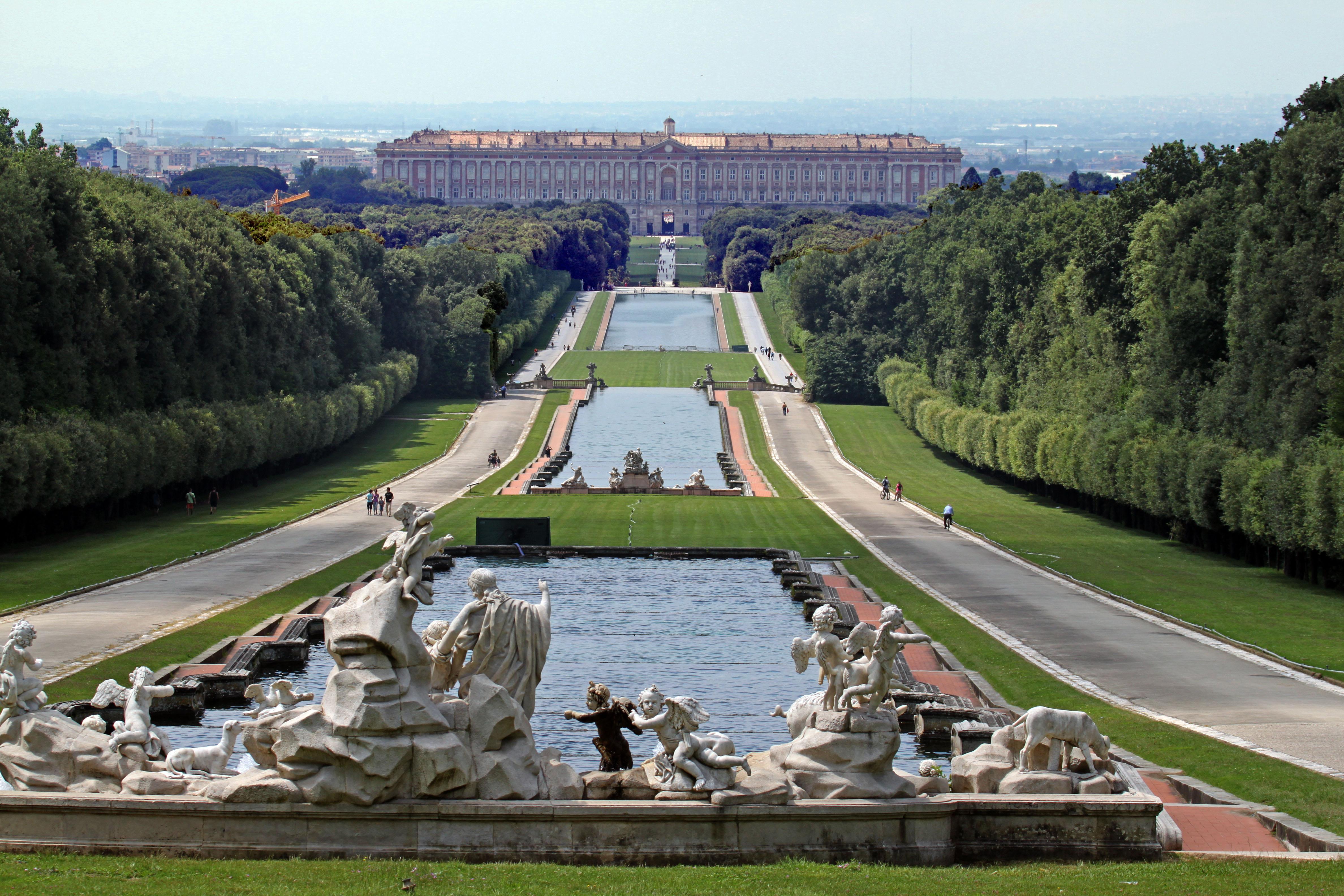La reggia ha una superficie di 47.ooo m2, cinque piani e quattro cortili interni. Royal Palace Of Caserta Wikipedia