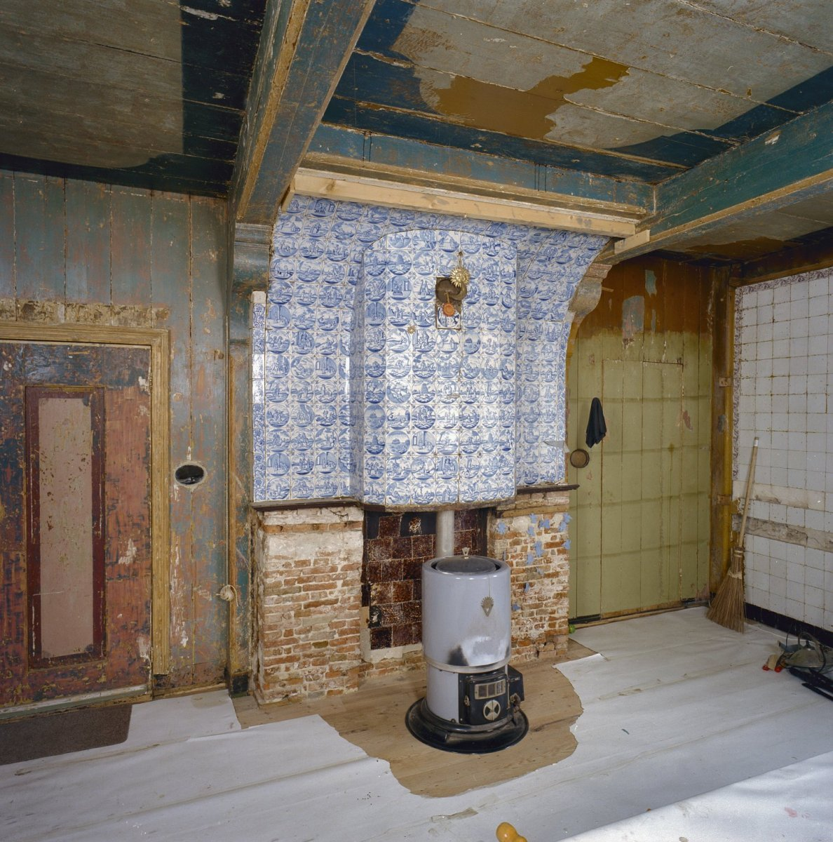 FileInterieur woonkamer betegelde schouw met kachel