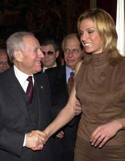 Italiano: Il Presidente Ciampi saluta la canta...