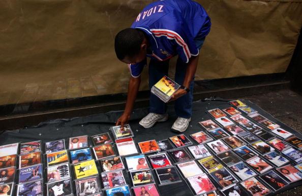 Un vendedor ambulante vendiendo álbumes pirata. Fuente: Wikimedia Commons