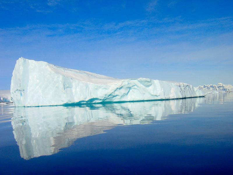 Iceberg en Antartique éclairé par le soleil