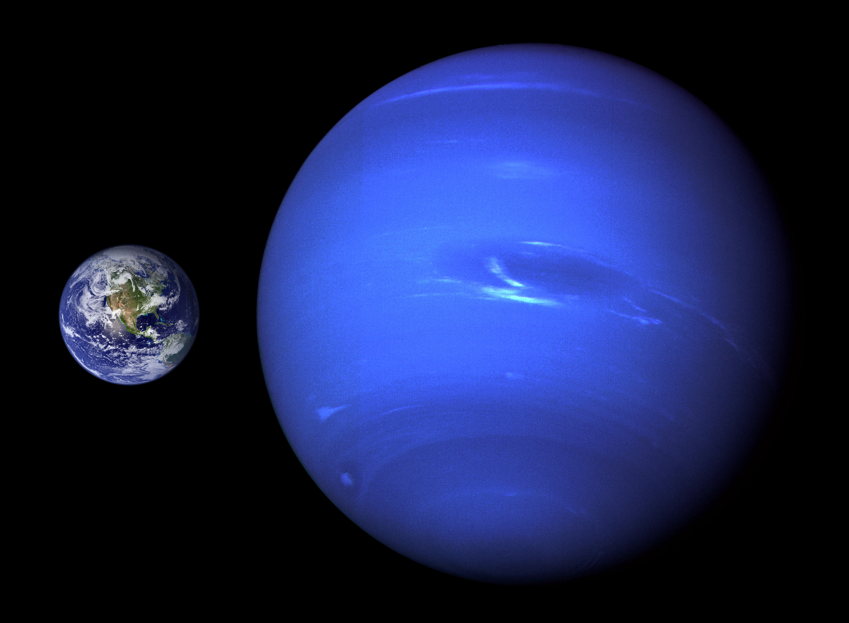 Planet Neptunus dibandingan dengan Planet Bumi.