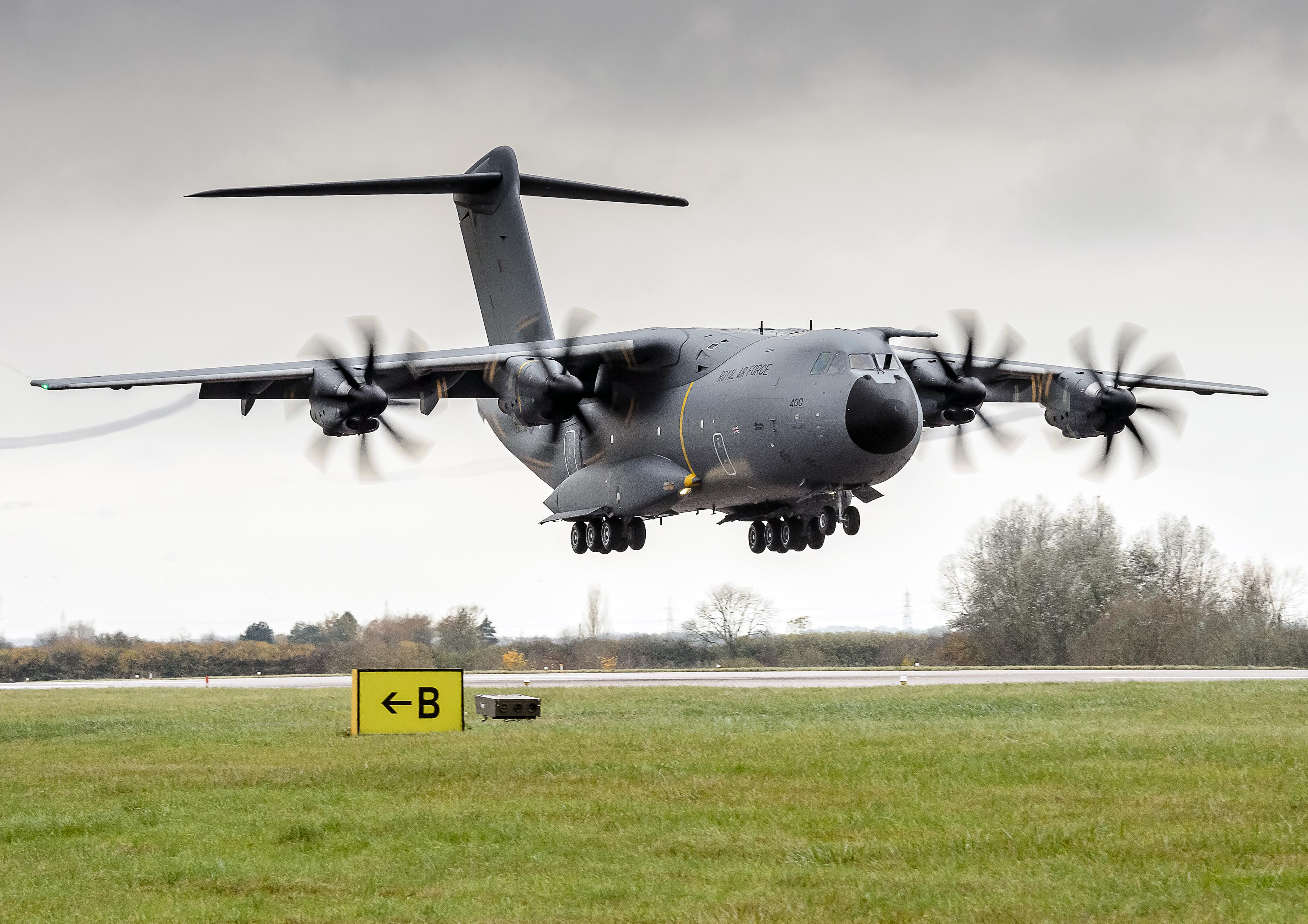Обои истребители, Royal Air Force, сопровождение, самолеты, Red arrows, транспортный, Airbus A400M Atlas, четырёхмоторный, Красные стрелы. Авиация foto 17