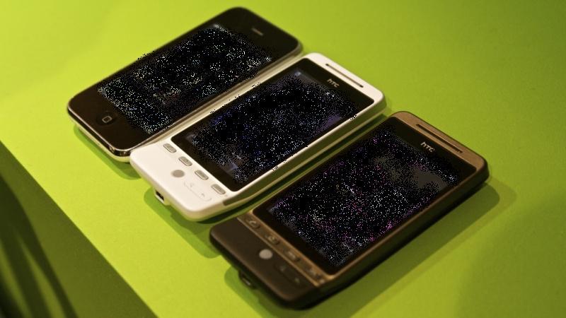 English: Apple iPhone (left) vs HTC Hero (righ...