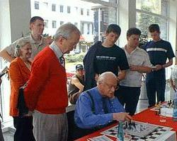 English: Ephraim Kishon at his hobby chess, Do...