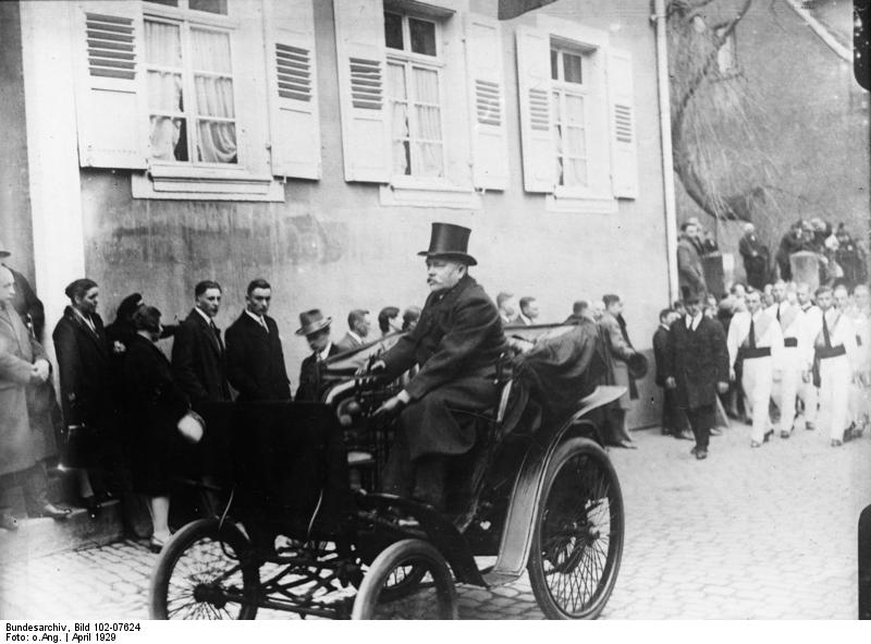 https://i0.wp.com/upload.wikimedia.org/wikipedia/commons/e/e2/Bundesarchiv_Bild_102-07624%2C_Ladenburg%2C_Beisetzung_von_Dr._Carl_Benz.jpg?w=838
