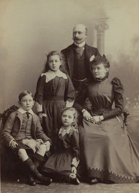 https://i0.wp.com/upload.wikimedia.org/wikipedia/commons/e/e4/ArthurConnaughtfamille.jpg