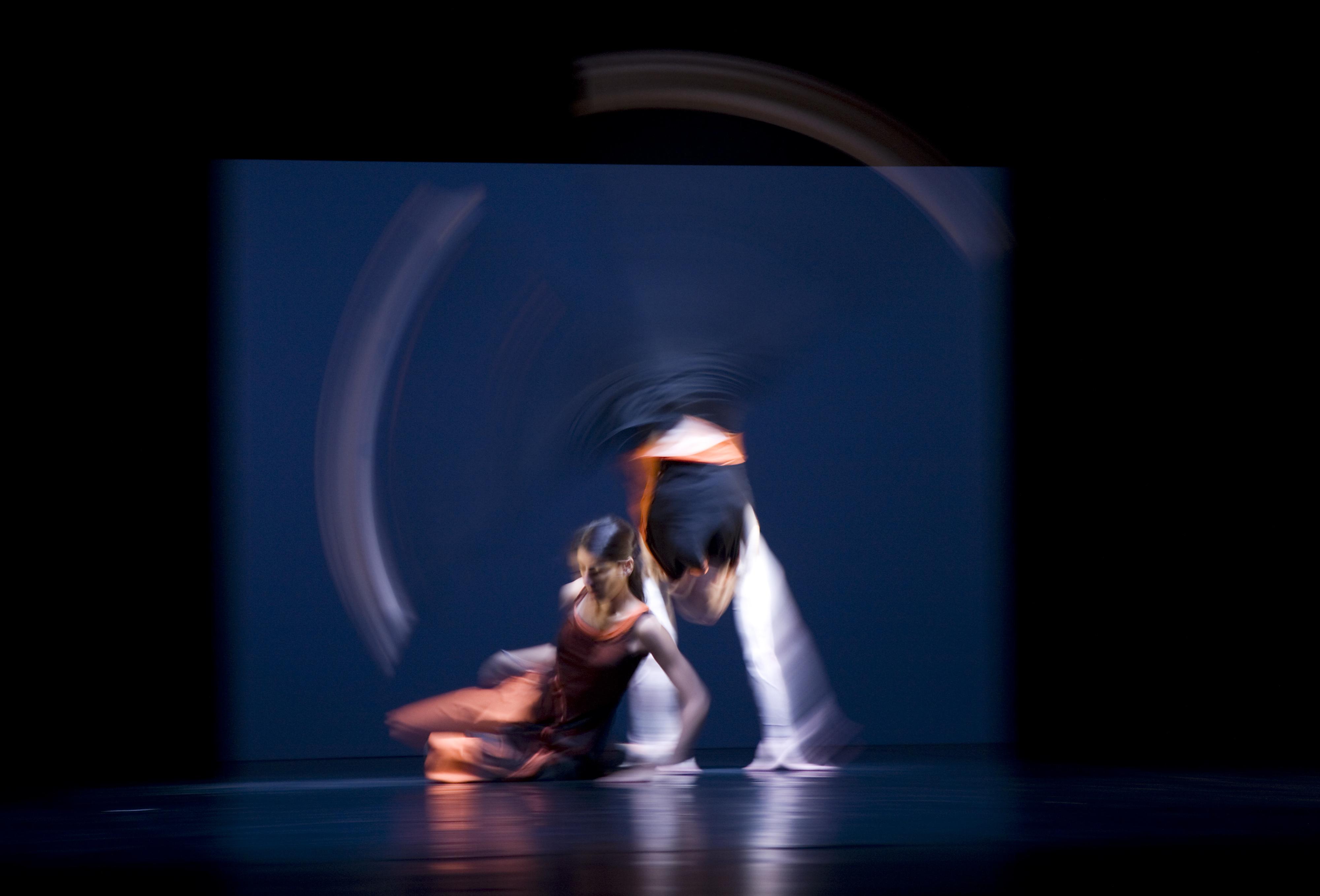 https://i0.wp.com/upload.wikimedia.org/wikipedia/commons/e/e5/Munich_-_Two_dancers_captured_in_blurred_movement_-_7800.jpg
