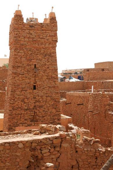 Chinguetti ( arabe : شنقيط Šenqīṭ) est un ksar ou un centre commercial médiévale dans le nord de la Mauritanie , situé sur le Plateau Adrar est de Atar .Ancienen place forte des berbères, elle devenue celle des Arabes Banu Hassan Banu Maqhil