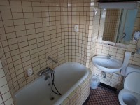 File:Old bathroom with subway tiles.JPG