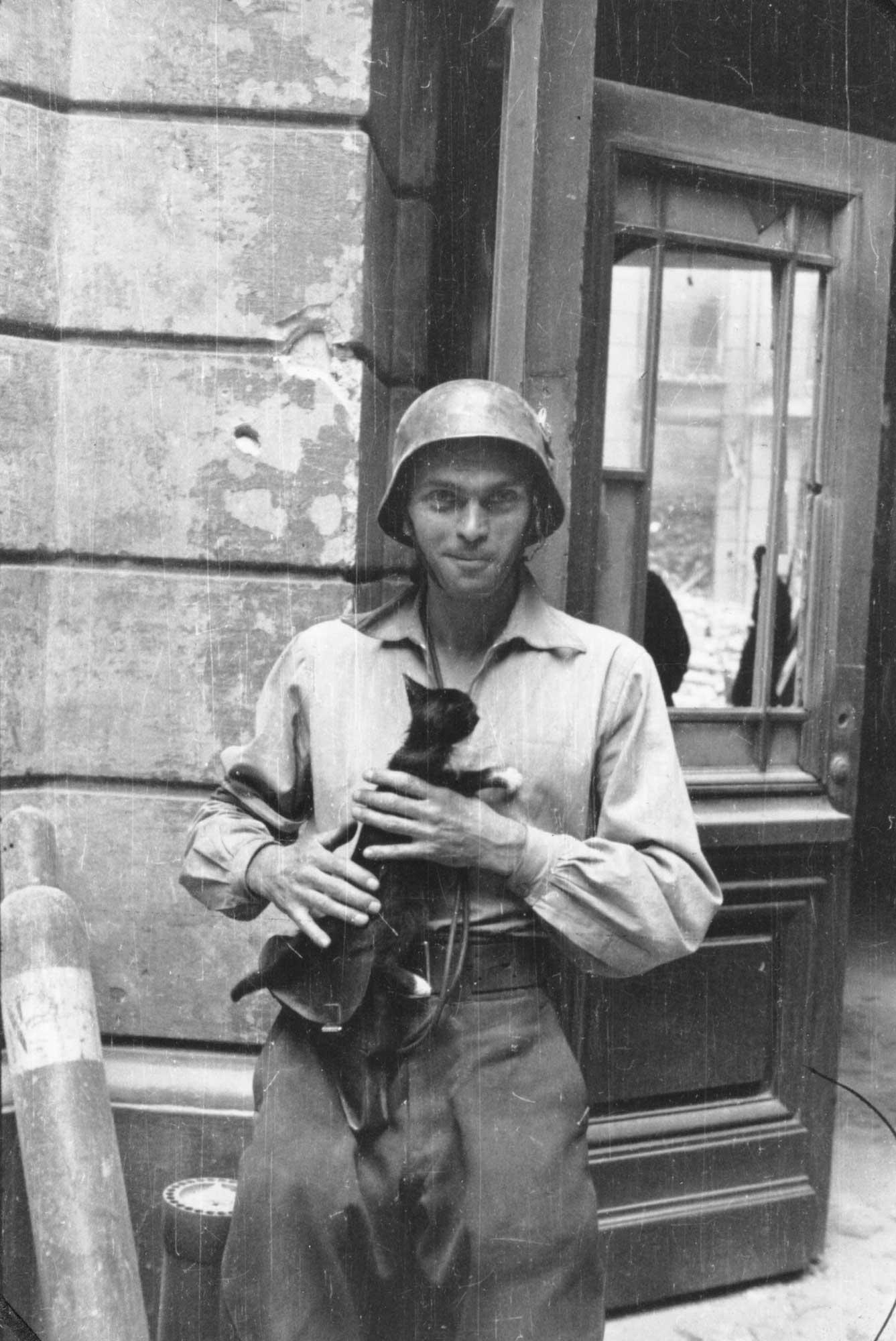 https://i0.wp.com/upload.wikimedia.org/wikipedia/commons/e/ed/Warsaw_Uprising_by_Lokajski_-_Eugeniusz_Lokajski_with_cat.jpg