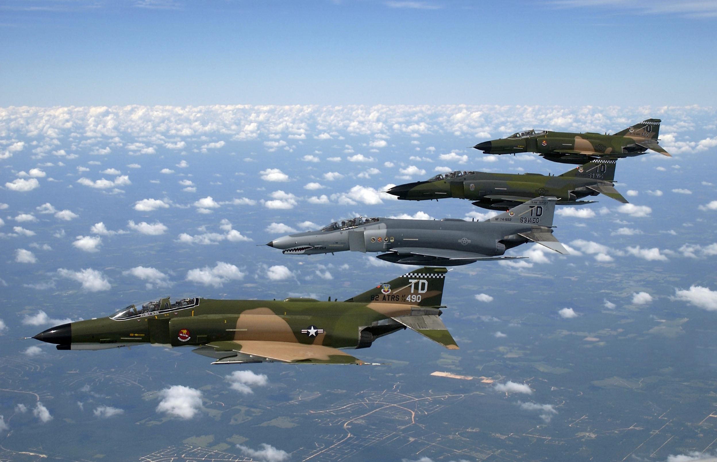 https://i0.wp.com/upload.wikimedia.org/wikipedia/commons/f/f0/1997_F-4_Heritage_Flight_over_Florida-edit_1.jpg