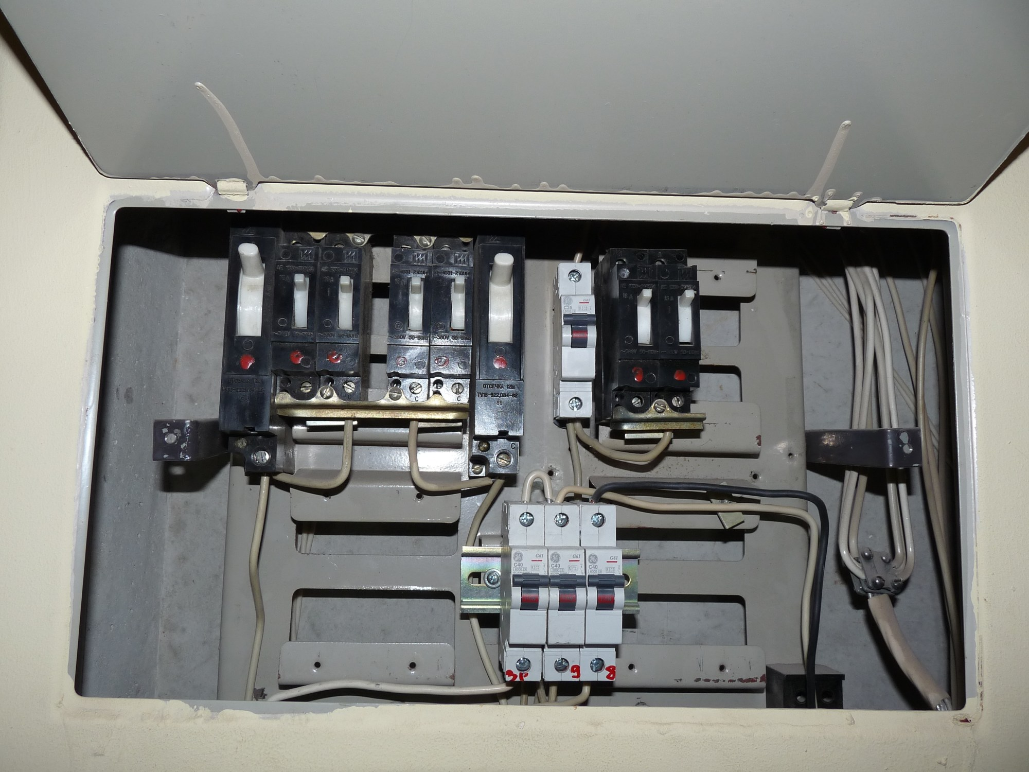 hight resolution of file fuse box in old apartment building jpg wikimedia commons junction box file fuse box in