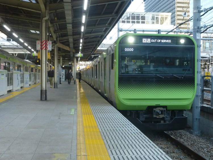 大崎駅に入線する量産先行車(2015年3月26日)