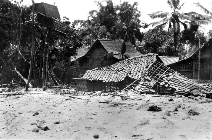 https://i0.wp.com/upload.wikimedia.org/wikipedia/commons/f/f2/COLLECTIE_TROPENMUSEUM_De_lavastroom_die_in_1930_bij_de_uitbarsting_van_de_vulkaan_Merapi_vrijkwam_verwoestte_het_huis_van_het_desahoofd_van_Gejugang_Midden-Java_TMnr_10004327.jpg