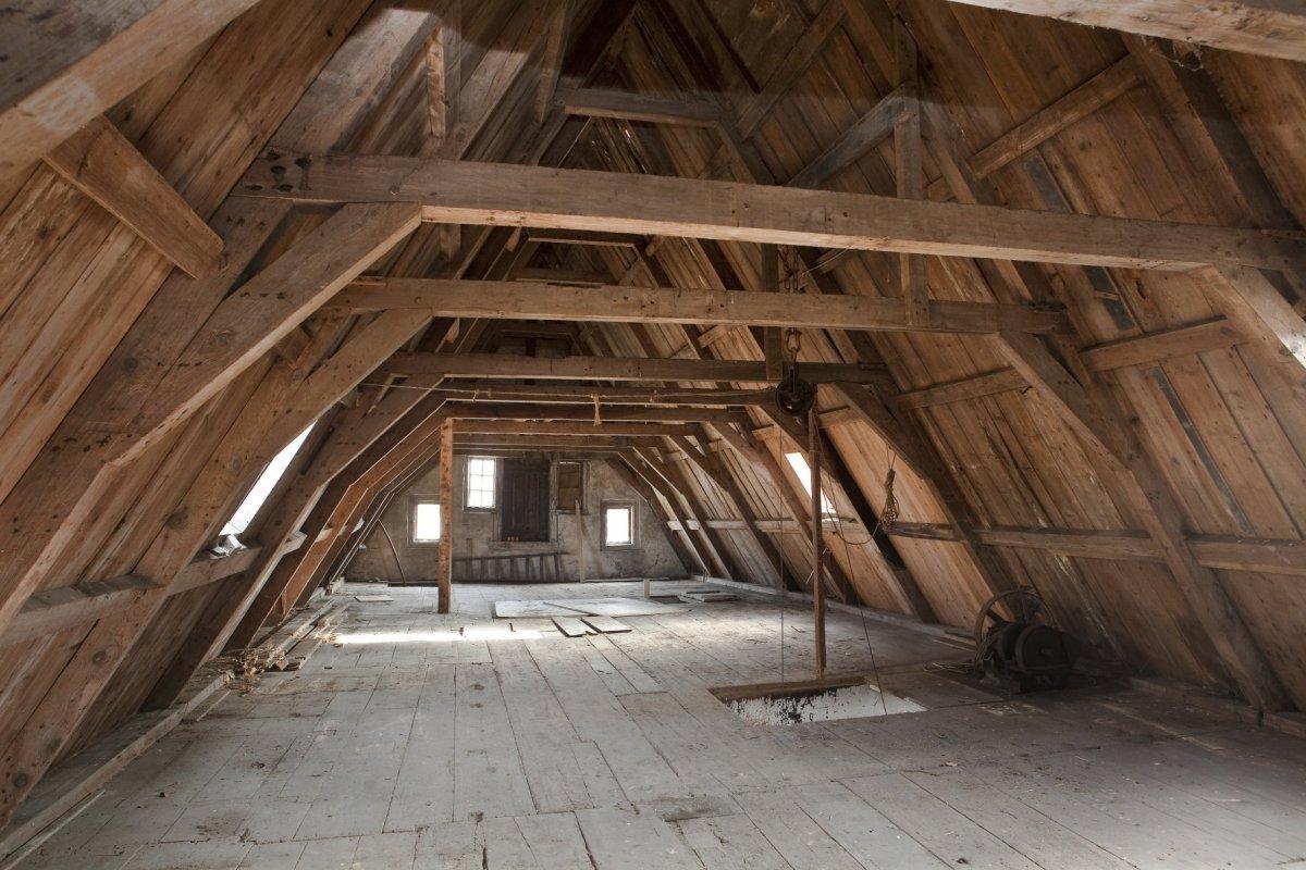 FileInterieur zolder overzicht houten kapconstructie met