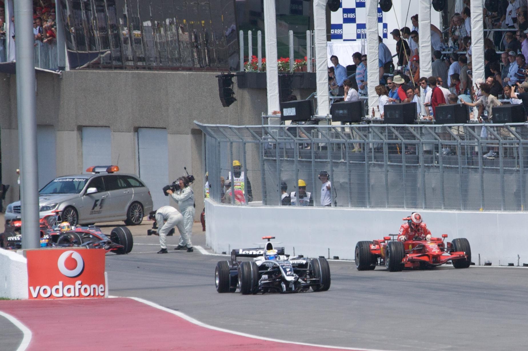 Lewis Hamilton não vê o sinal vermelho na saída dos pits e acerta em cheio a traseira de Kimi Raikkonen