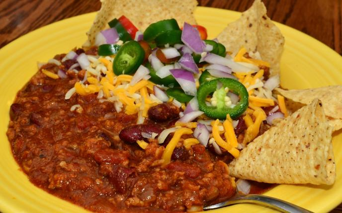 Chili_with_garnishes_and_tortilla_chips