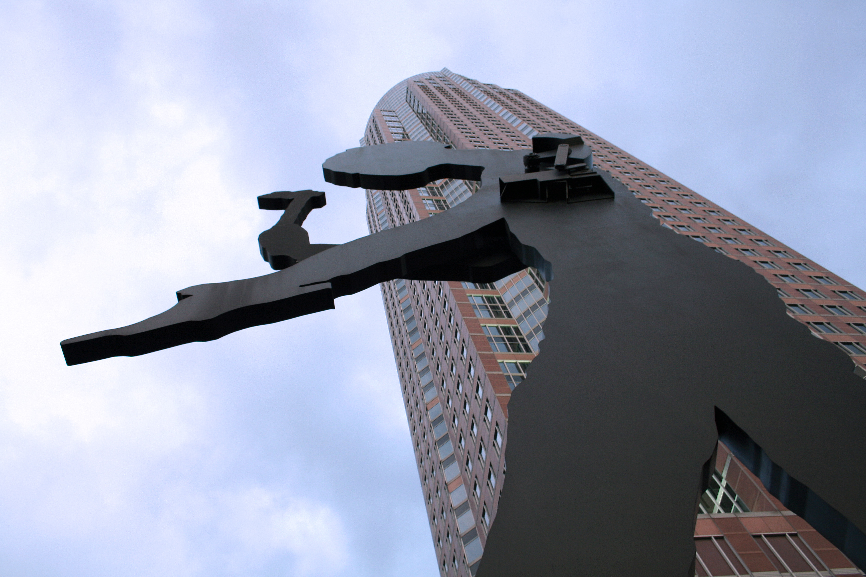 https://i0.wp.com/upload.wikimedia.org/wikipedia/commons/f/f4/Hammering_Man_vor_Messeturm.jpg