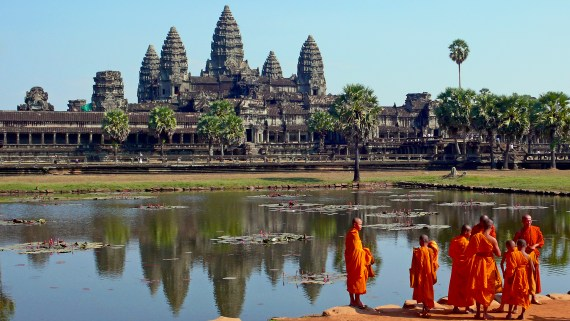 https://i0.wp.com/upload.wikimedia.org/wikipedia/commons/f/f5/Buddhist_monks_in_front_of_the_Angkor_Wat.jpg?resize=570%2C321