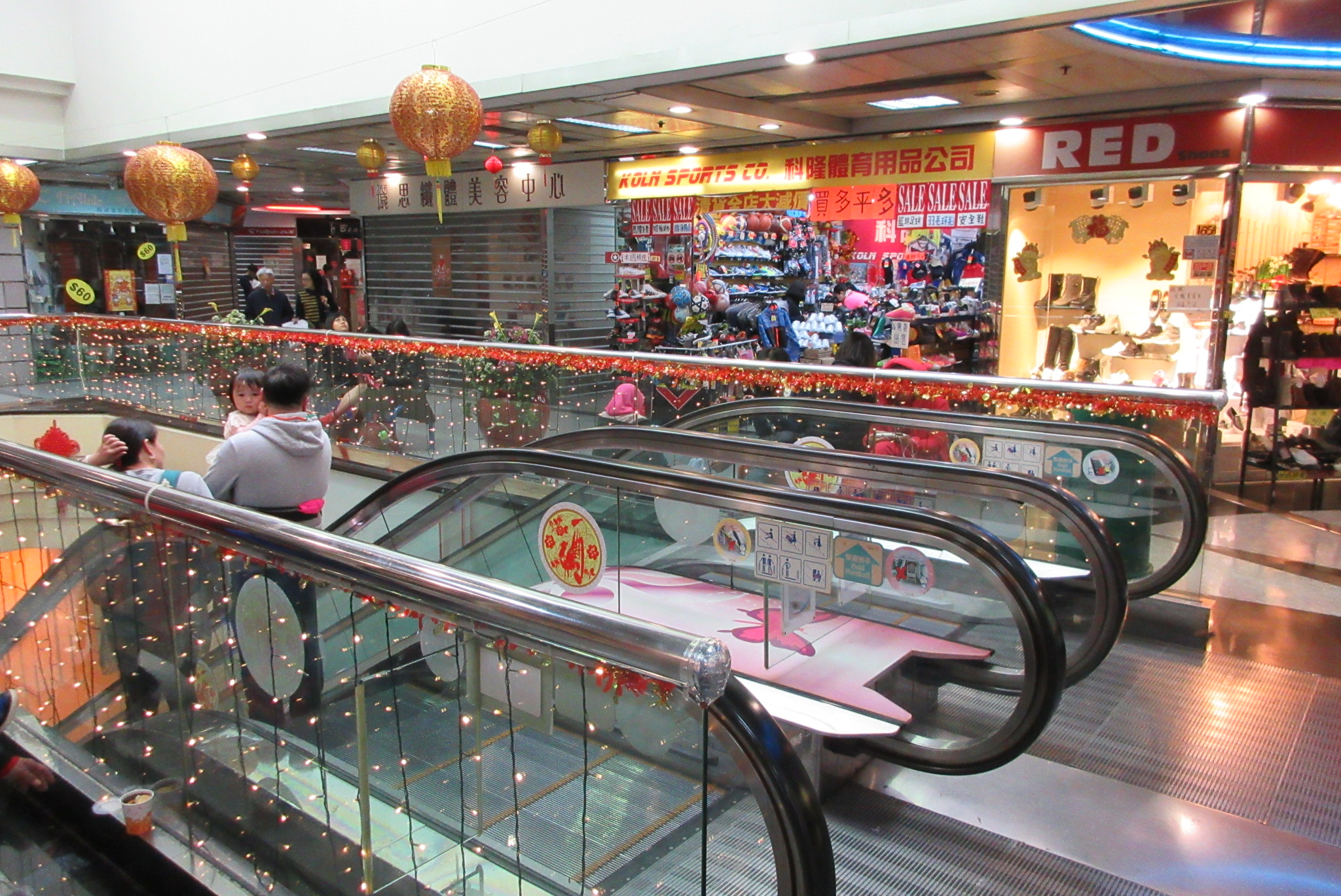 File:HK Lam Tin 藍田 匯景廣場 Sceneway Plaza mall interior escalators Jan 2017 IX3.jpg - Wikimedia Commons