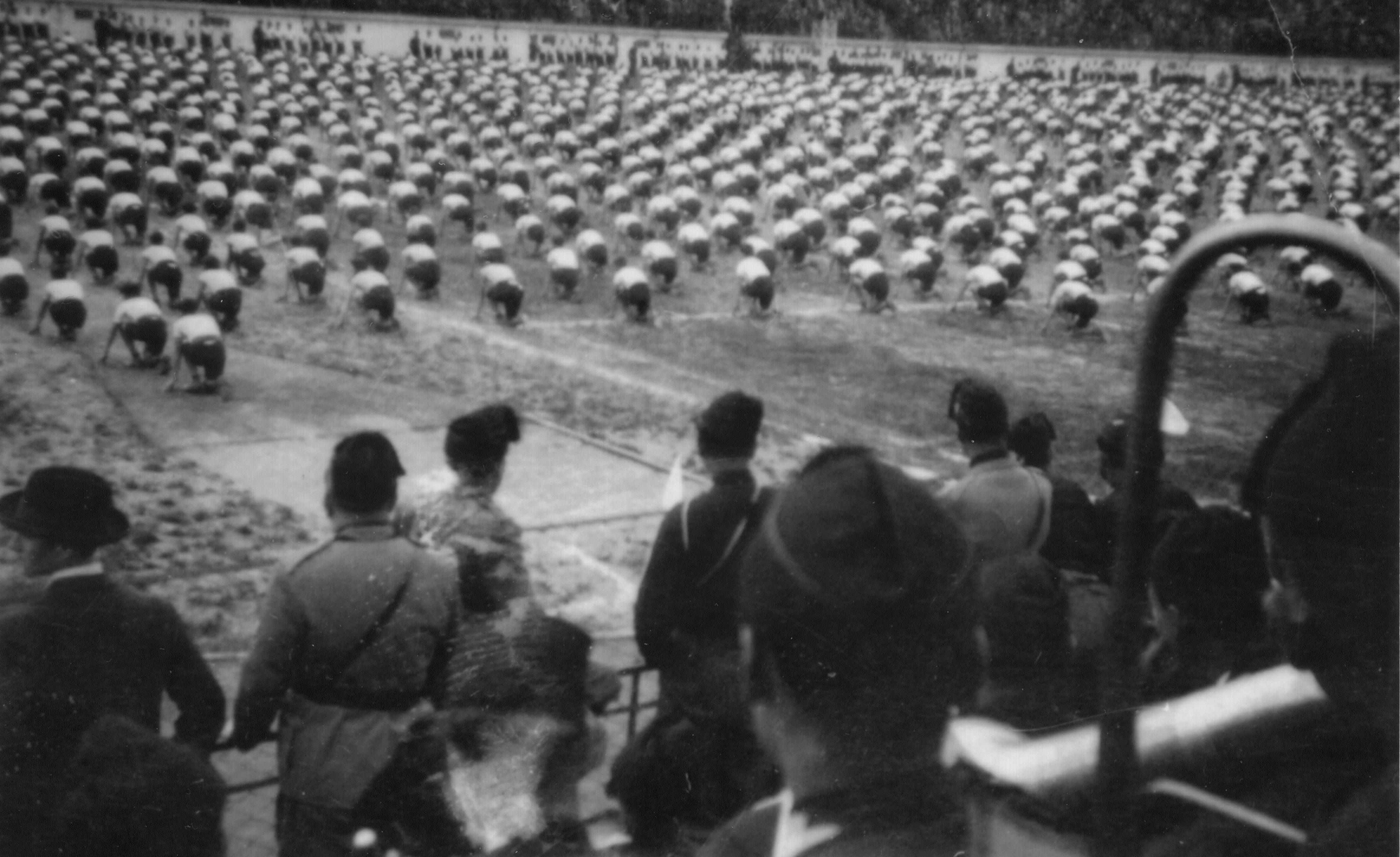 Un saggio ginnico pubblico eseguito al Concorso Dux, durante il periodo fascista. Licenza GNU 1.2