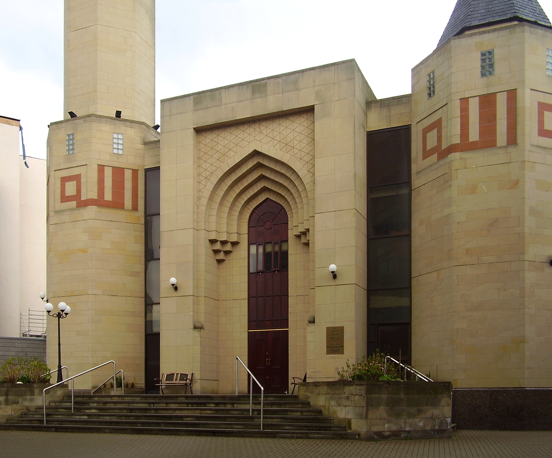 https://i0.wp.com/upload.wikimedia.org/wikipedia/commons/f/f7/Edinburgh_central_mosque_edit.jpg