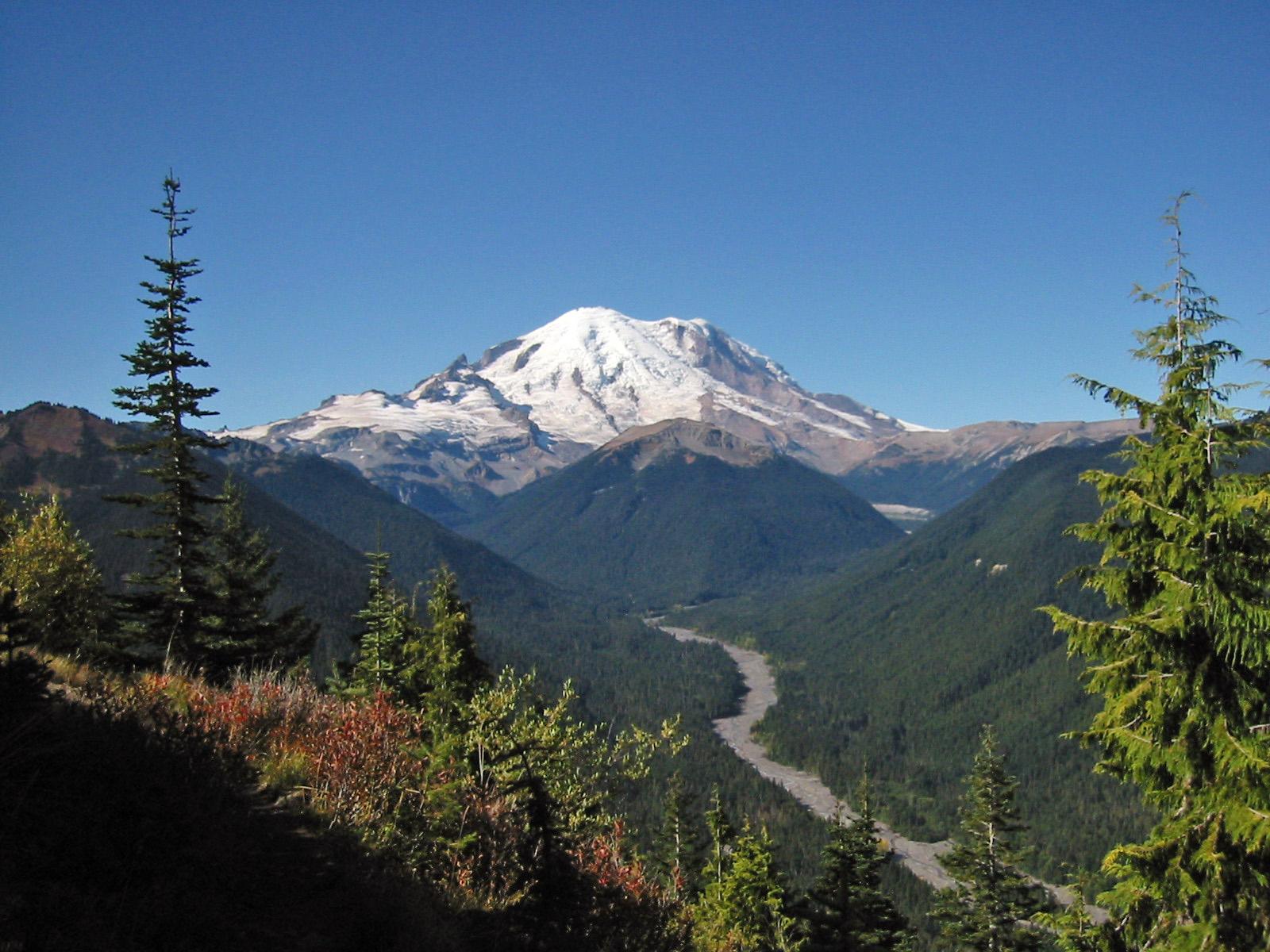160 miles, near the international boundary. Cascade Volcanoes Wikipedia
