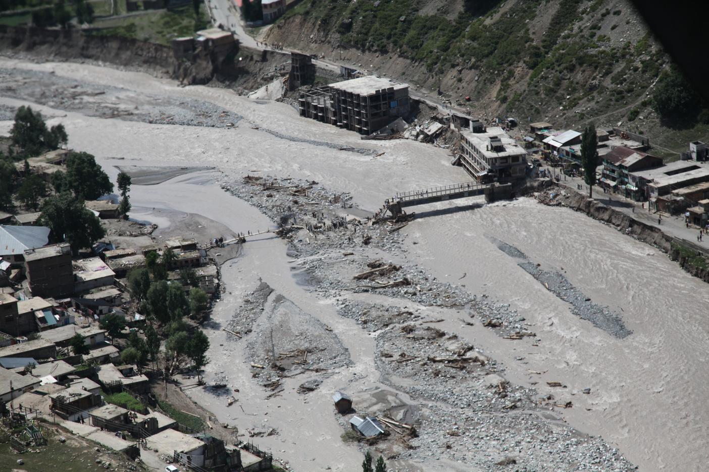 https://i0.wp.com/upload.wikimedia.org/wikipedia/commons/f/f9/Damaged_bridge_from_flooding_in_Pakistan%2C_2010.JPG