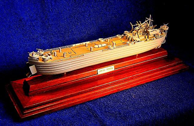 """בצילום מופיע דגם של אלטלנה שנבנה על פי תכניות אמריקניות. מדובר בנחתת שסימונה בצי האמריקאי היה lst 138. גודלו של הדגם 42 ס""""מ."""