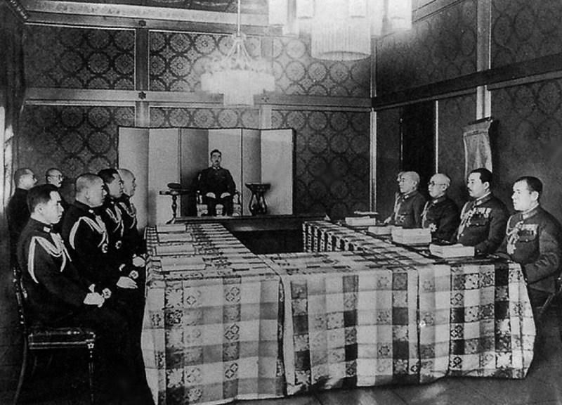 実際の「昭和天皇御前の大本営会議の様子」