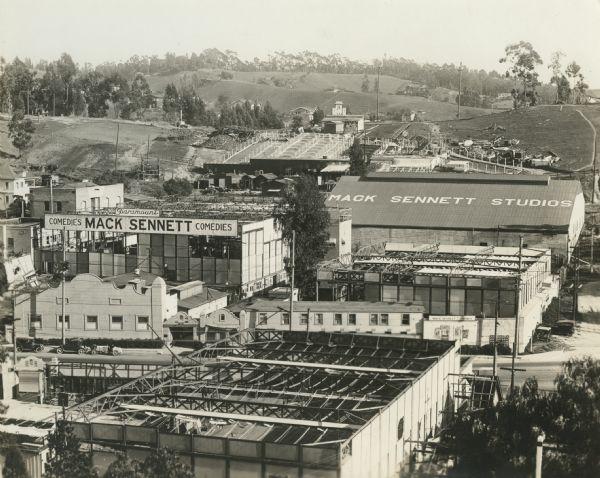 https://i0.wp.com/upload.wikimedia.org/wikipedia/commons/f/fd/Mack_Sennett_Studios_1917.jpg